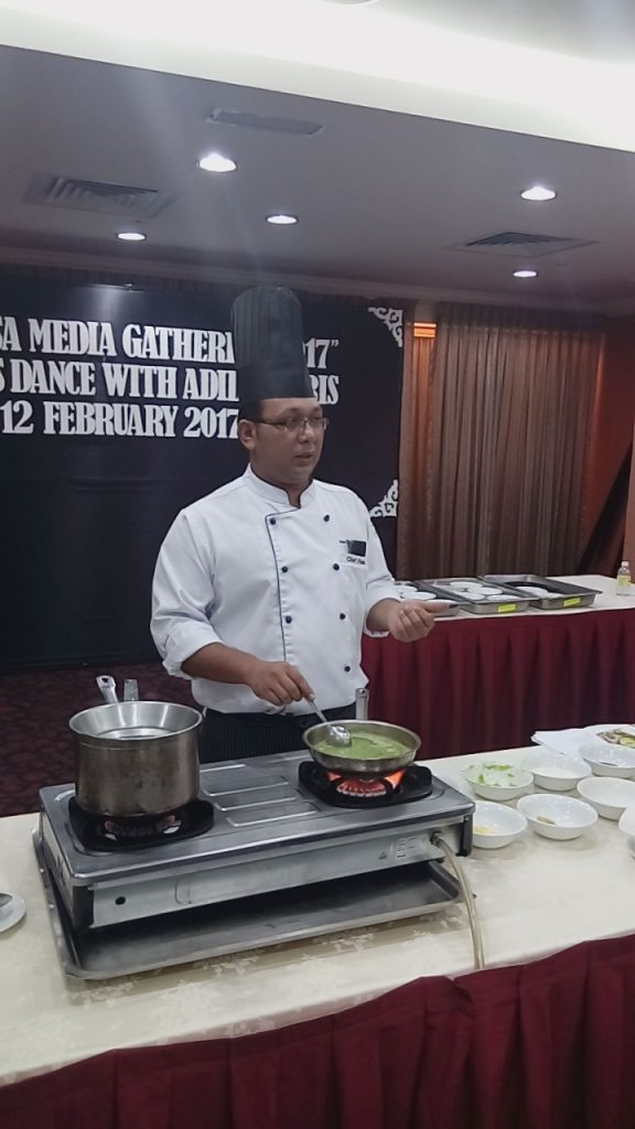 Chef Firdaus menyediakan sup kacang peas
