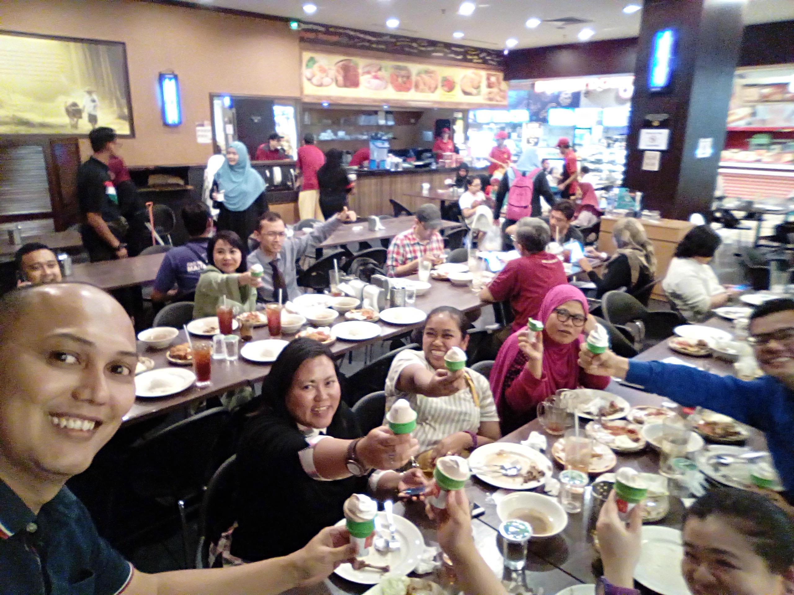 Bersantai dengan staff MYDIN dan rakan blogger