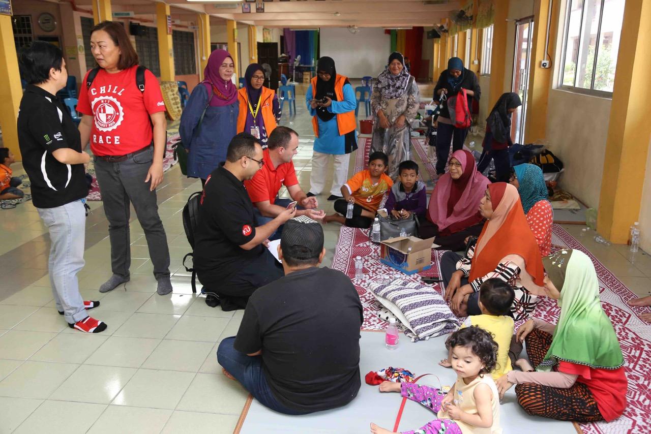 McGeown and Yap visits evacuees based at SK Bertam Indah in Seberang Perai