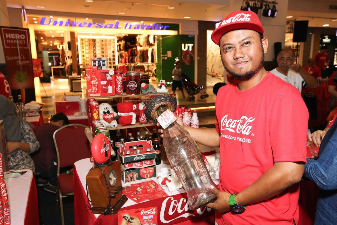 Pengumpul Affandi bin Masran dari Johor Baru dengan bangga mempamerkan botol gelasnya dari Mexico