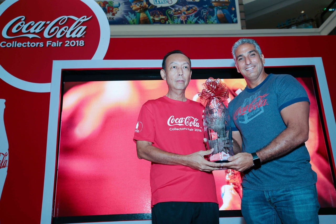 Pengumpul Kwek Kiok Liang menerima Anugerah Paparan Terbaik daripada Ahmad Yehia, Pengurus Negara untuk Malaysia-Singapura-Brunei, Syarikat Coca-Cola