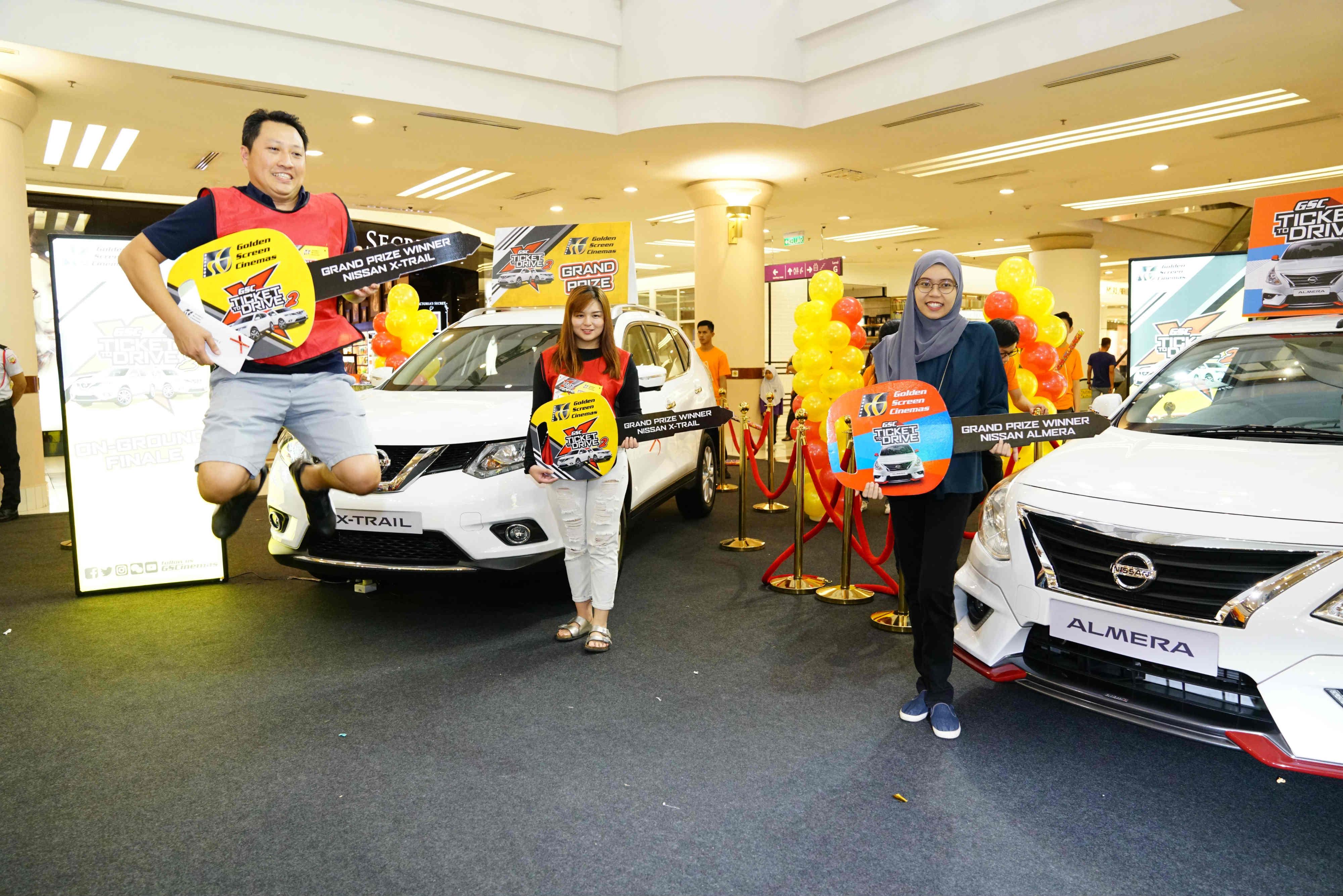 Pemenang Anugerah Grand Prize Adrian Liew Weng Cheng bergelar juara dengan pemenang Hadiah Utama yang lain, Khoo Kai Xin (tempat ke-2, tengah) dan Nadira Binti Asmat (tempat pertama dari Tiket ke Drive Edisi Johor, jauh)