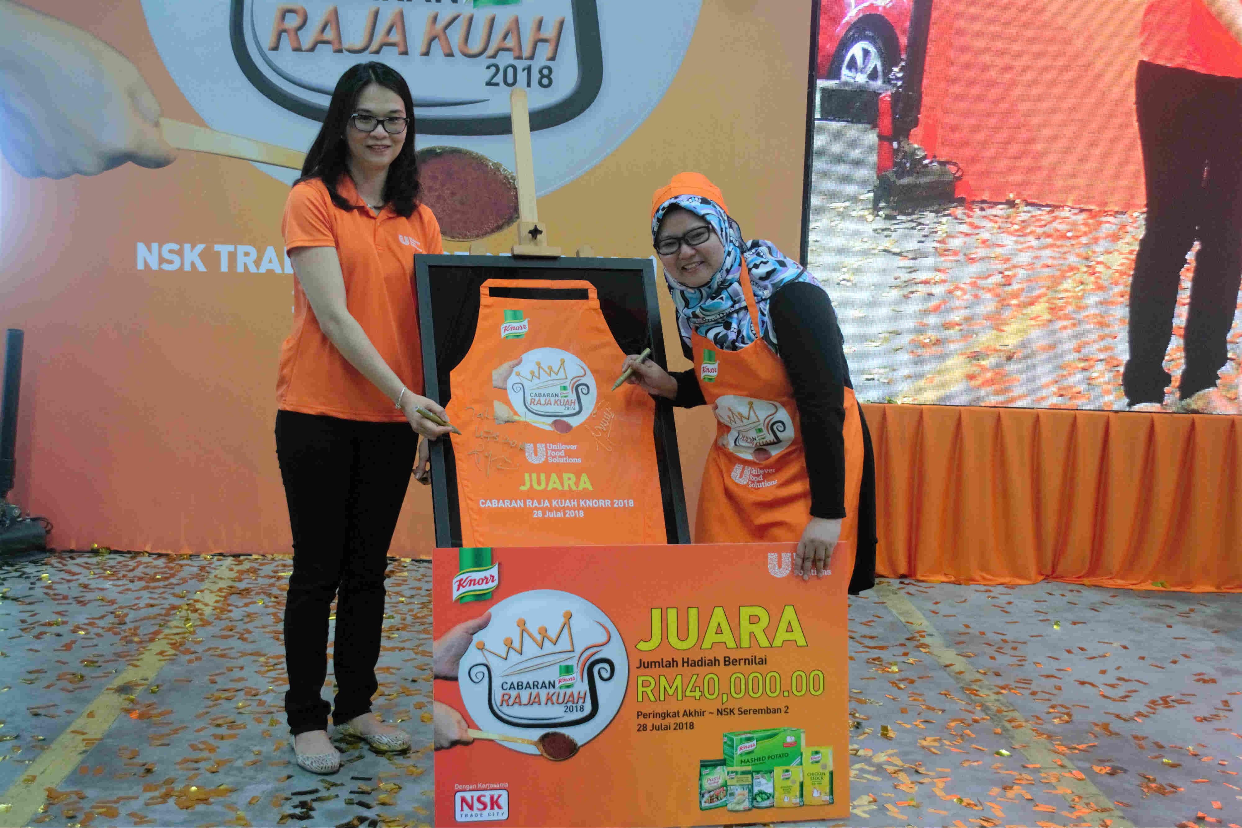 Siti Nor Yuwana Zulkifli (kanan)  bersama dengan pengurus pemasaran Unilever Food Solutions, Angeline Ho