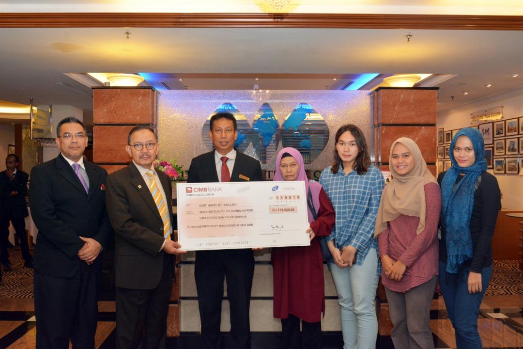 Cek sumbangan tersebut diserahkan oleh Pengerusi Putrade Property Management Sdn. Bhd. Tan Sri Datuk Seri (Dr.) Alies Anor Abdul kepada balu penerima Puan Nor Hairi Binti Salleh - PWTC