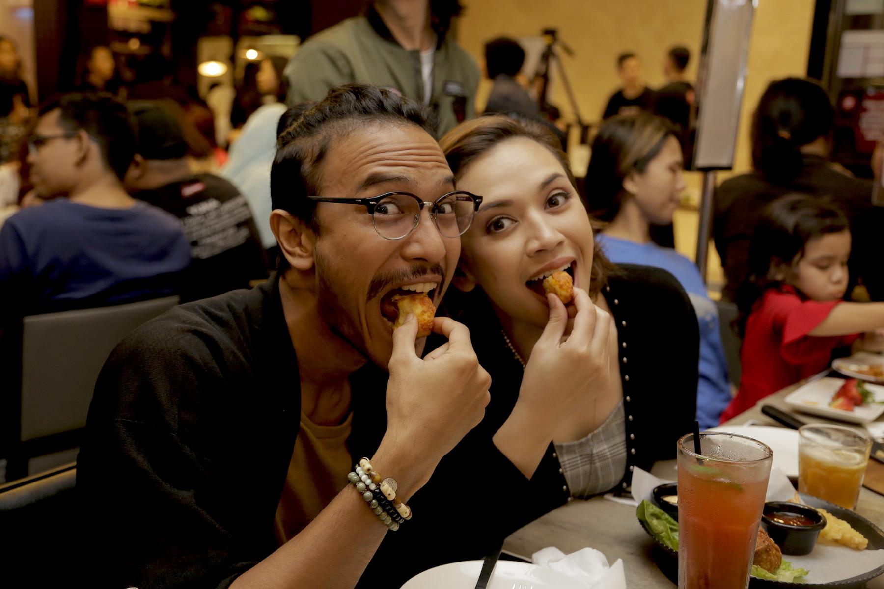 Diana Danielle dan Jad Hidhir menikmati Chicken Cheesy Bites