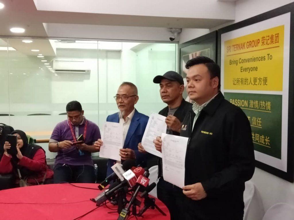 Datuk Rosyam, Datuk Raymond dan En. Ho Ah Chai menunjukkan laporan polis yang telah dibuat