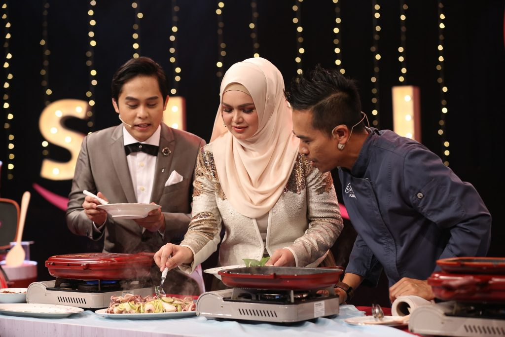Dato' Sri Siti Nurhaliza menyediakan masakan kegemaran beliau sambil diperhatikan oleh Chef Kamarul