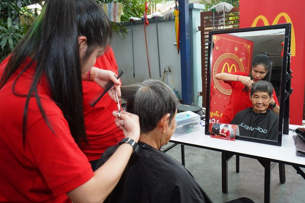 Gunting rambut warga tua