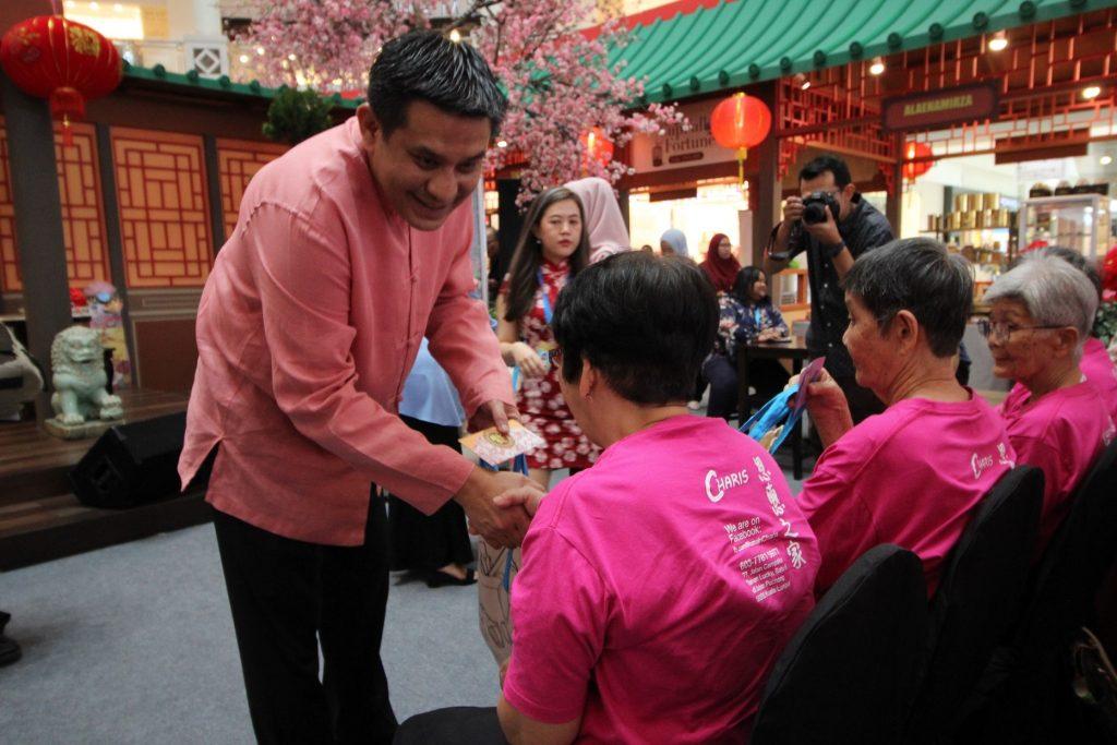 Jazmi Kamarudin menyampaikan sumbangan kepada warga emas Rumah Charis