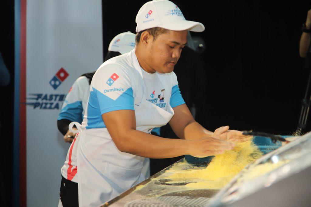 menaburkan tepung