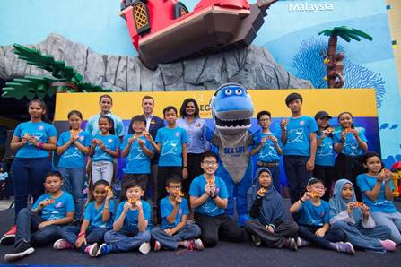 SEA LIFE Malaysia Junior Rangers with Kurt Stocks, General Manager, LEGOLAND® Malaysia Resort, Kristian Griffin, General Manager,SEA LIFE Malaysia and Thila Munusamy, Sales and Marketing Director, LEGOLAND® Malaysia Resort and SEA LIFE Malaysia mascot, Sharkie after receiving their token of appreciation for completing the year as the first batch of ambassadors for the marine sanctuary.