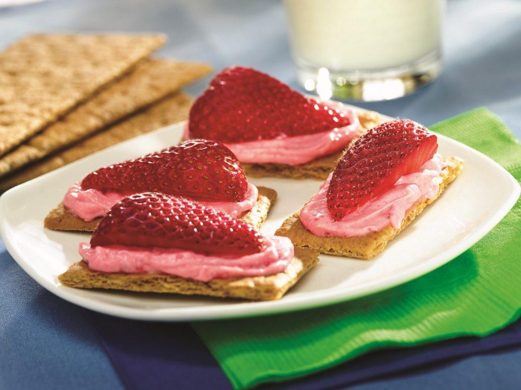 Snek Kek Keju Strawberi dengan jem Smucker's