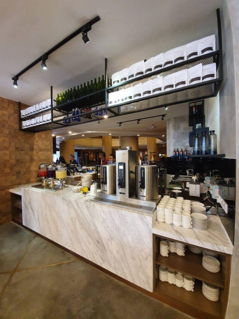kafe-bar yang terbuka