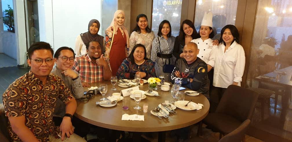 antara rakan blogger bergambar bersama Chef Mummy dan staff Hotel Armada PJ