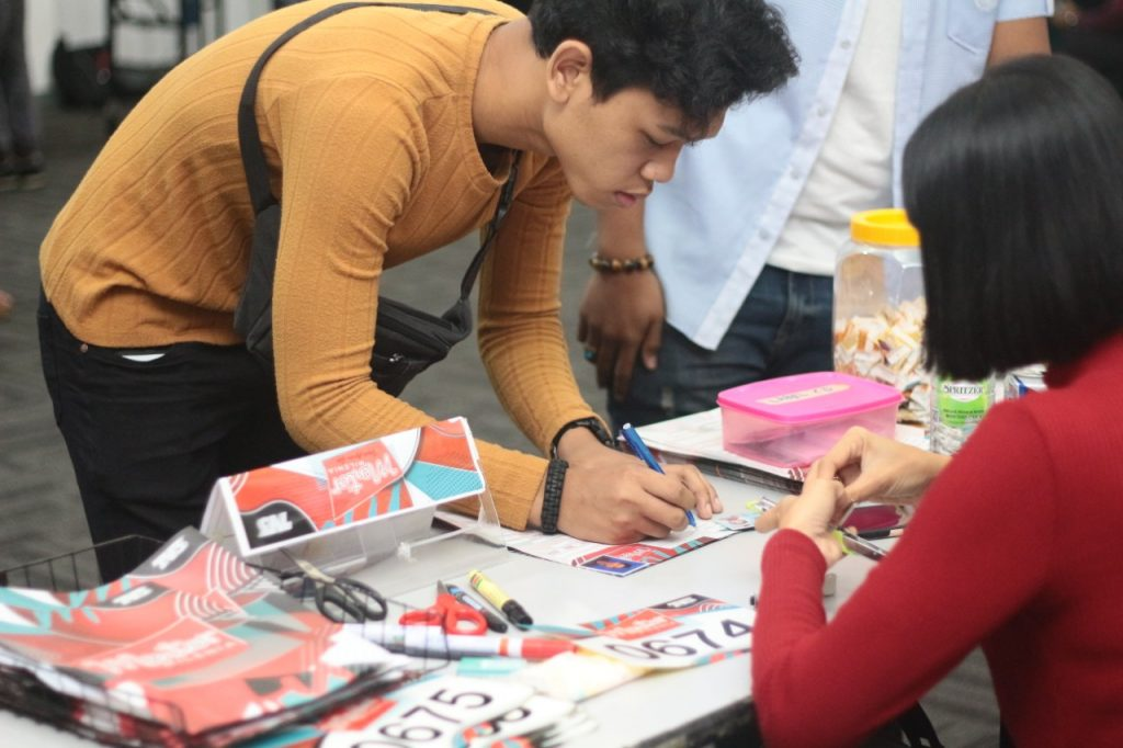 Salah Seorang Peserta Mengisi Borang Pendaftaran Sesi Uji Bakat Mentor Milenia