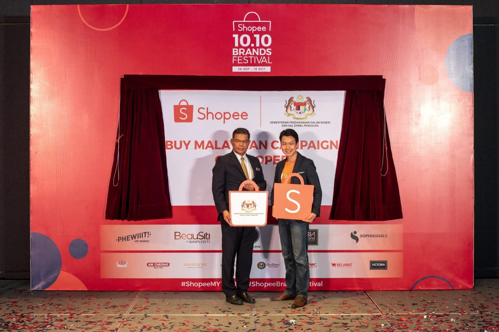 YB. Datuk Seri Saifuddin Nasution bin Ismail, Minister of Domestic Trade and Consumer Affairs Malaysia, together with Zed Li, Head of Business, Shopee Malaysia launching the Buy Malaysian Campaign on Shopee.