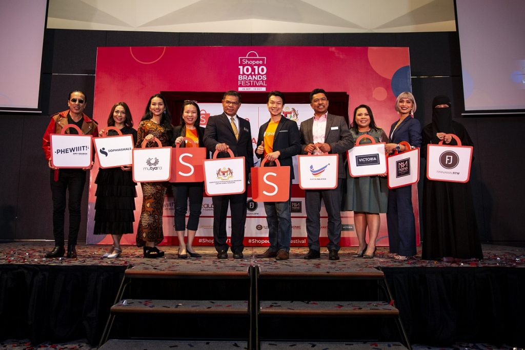 Shino Lee, Marketing Lead (Communications), Shopee Malaysia; YB. Datuk Seri Saifuddin Nasution bin Ismail, Minister of Domestic Trade and Consumer Affairs Malaysia; Zed Li, Head of Business, Shopee Malaysia; YBHG. Datuk Badrul Hisham bin Mohd, Deputy Secretary General (Domestic Trade), Ministry of Domestic Trade and Consumer Affairs Malaysia, together with members of the Shopee Celebrity Squad (from left) Amy Search, Sophia Liana, Tya Arifin, Rita Sosilawati, Nana Mahazan and Fynn Jamal at the launch of the Buy Malaysian Campaign on Shopee.