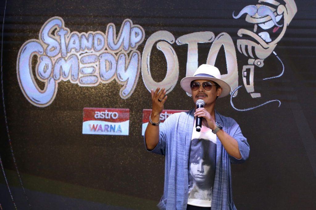 Joey Daud sebagai hos Stand Up Comedy Otai