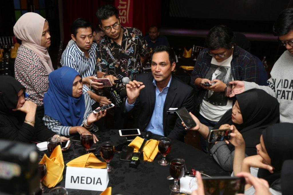 Sesi temubual dengan Dato' Hans Isaac ketika pelancaran Stand Up Comedy Otai