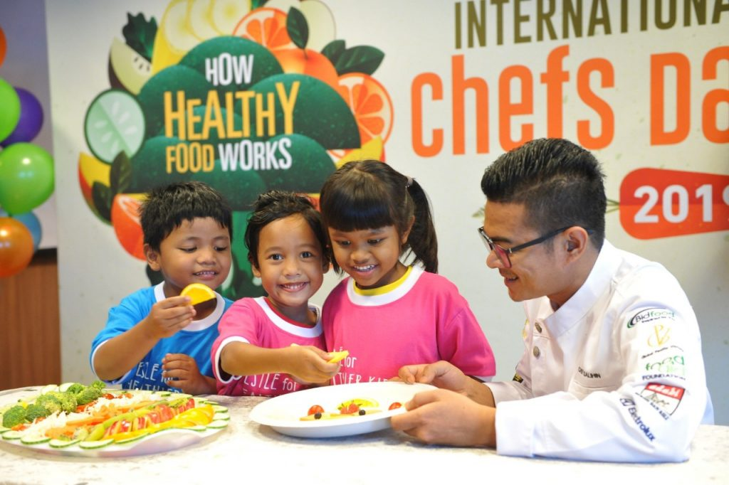 Chef mengajar kanak-kanak