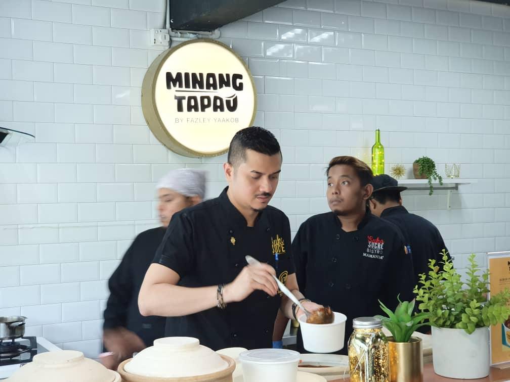 Dato' Fazley Yaakob sibuk menyediakan pesanan pelanggan...