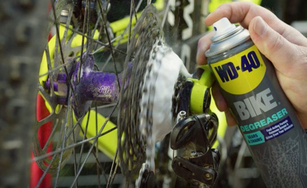 Menggunakan WD-40 untuk menjaga rantai basikal